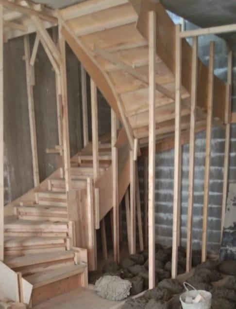Бетонная лестница после заливки в опалубке МОНОЛИТМАСТЕР