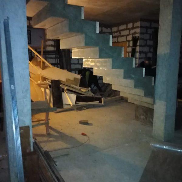 Зеркальная бетонная лестница (прямая) фото 2 МОНОЛИТМАСТЕР