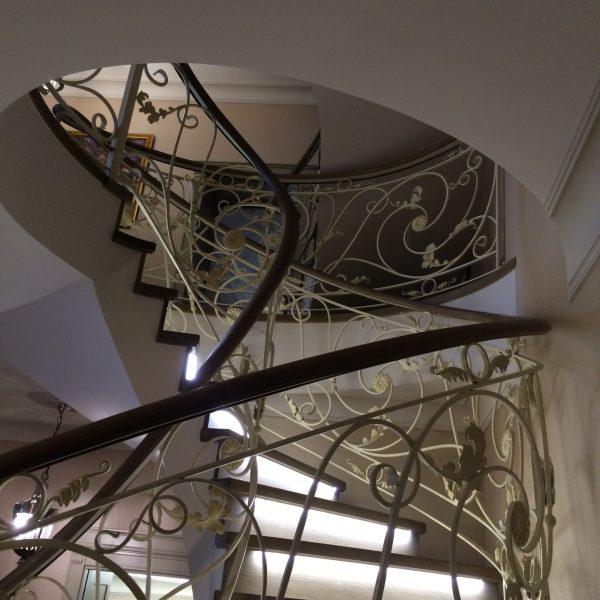 Винтовая бетонная лестница с отделкой фото 1 МОНОЛИТМАСТЕР
