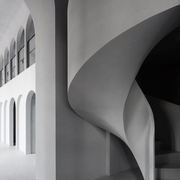 Винтовая бетонная лестница с отделкой фото 16 МОНОЛИТМАСТЕР