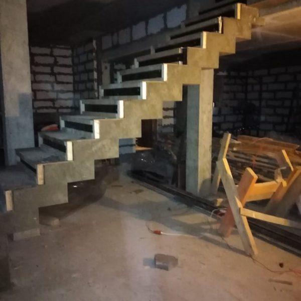 Зеркальная бетонная лестница (прямая) фото 1 МОНОЛИТМАСТЕР