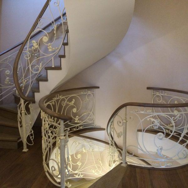 Винтовая бетонная лестница с отделкой фото 2 МОНОЛИТМАСТЕР