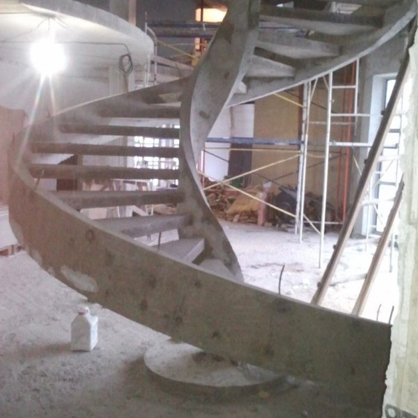 Винтовая бетонная лестница фото 3 МОНОЛИТМАСТЕР