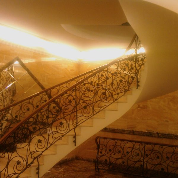 Винтовая бетонная лестница с отделкой фото 7 МОНОЛИТМАСТЕР