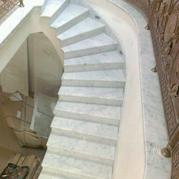 Г-образная бетонная лестница с забежными ступенями фото 1 МОНОЛИТМАСТЕР
