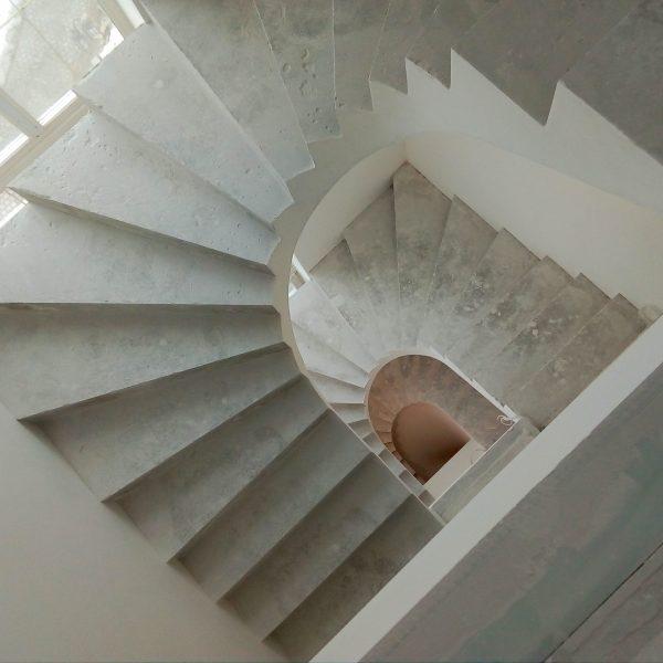 П-образная бетонная лестница с забежными ступенями фото 1 МОНОЛИТМАСТЕР