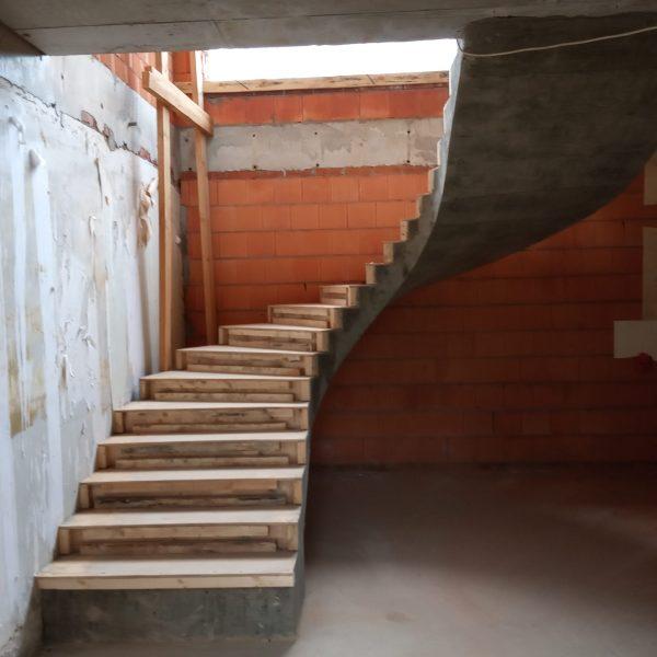П-образная бетонная лестница с забежными ступенями фото 2 МОНОЛИТМАСТЕР
