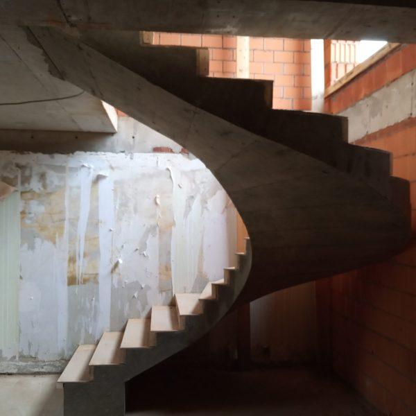 П-образная бетонная лестница с забежными ступенями фото 3 МОНОЛИТМАСТЕР