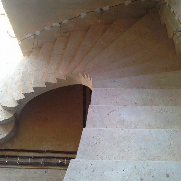 Г-образная бетонная лестница с забежными ступенями фото 6 МОНОЛИТМАСТЕР