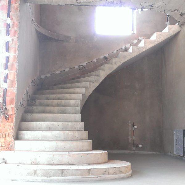 Г-образная бетонная лестница с забежными ступенями фото 7 МОНОЛИТМАСТЕР