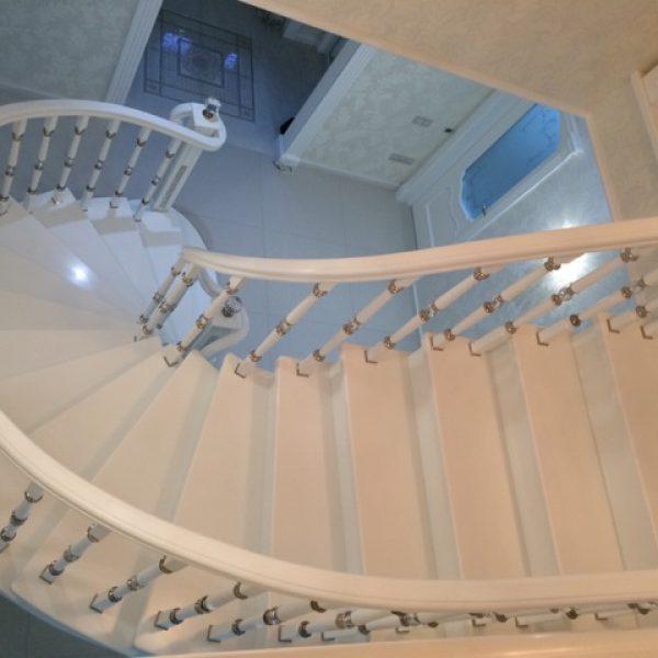 Бетонная лестница (монолитная) с отделкой белым мрамором 10 МОНОЛИТМАСТЕР
