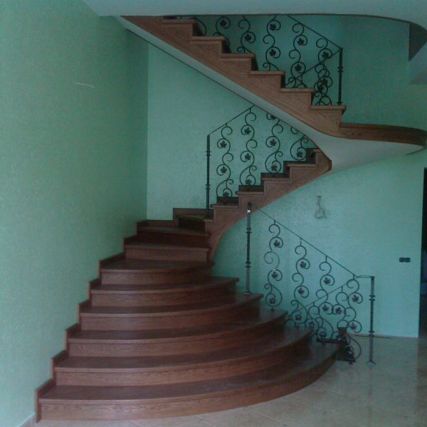 Бетонная лестница (монолитная) с отделкой деревом 2 МОНОЛИТМАСТЕР