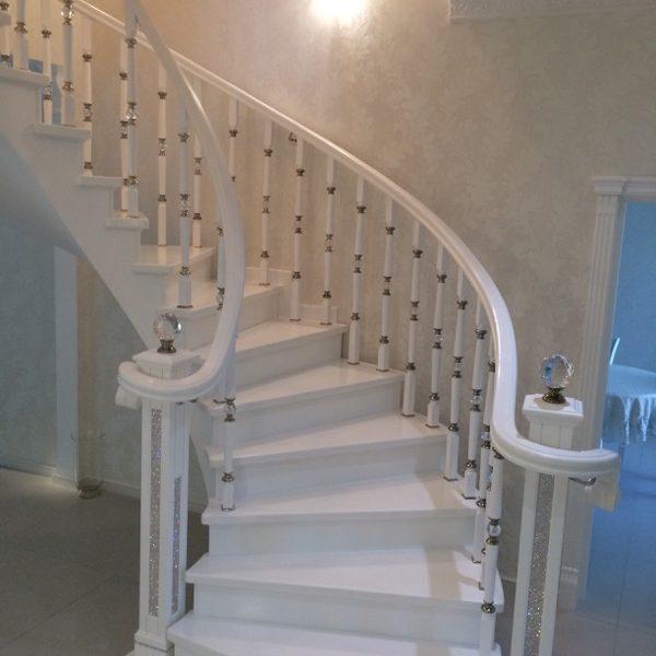 Бетонная лестница (монолитная) с отделкой белым мрамором 8 МОНОЛИТМАСТЕР