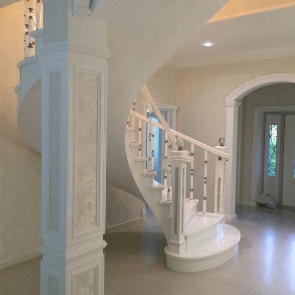 Бетонная лестница (монолитная) с отделкой белым мрамором 9 МОНОЛИТМАСТЕР